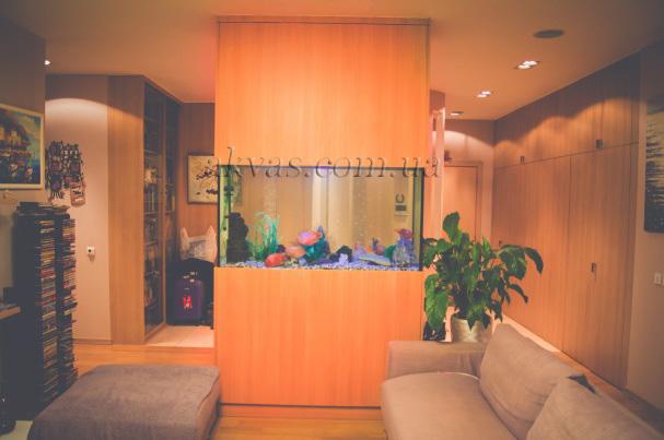 Аквариум в квартире. Встроенная колонна, в центре гостиной комнаты. Киев, ул. Саксаганского
